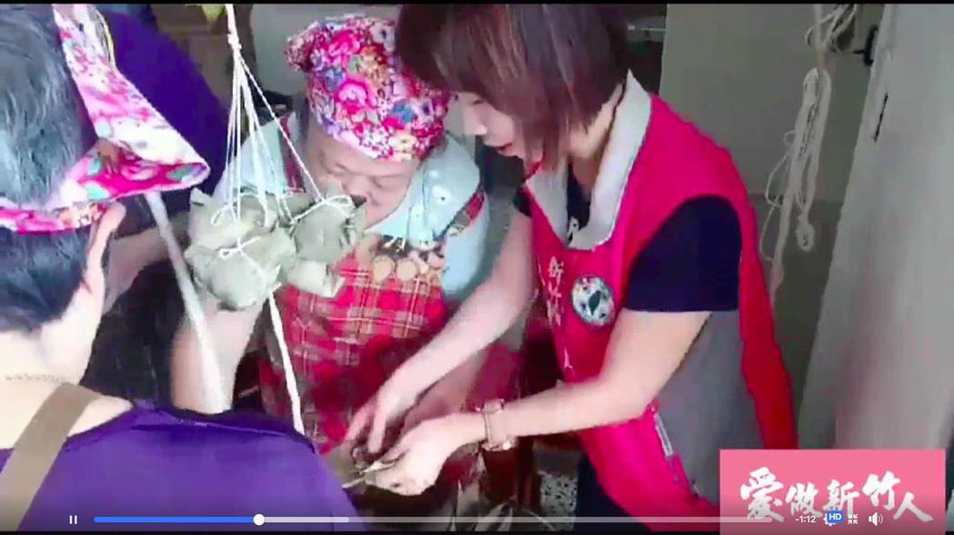 新竹市議員李妍慧(右)在直播中,體驗製作肉粽。 圖/李妍慧提供