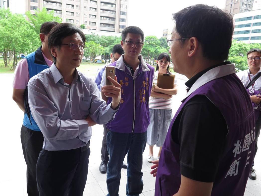 桃園市議員詹江村(左)日前邀集局處相關單位到藝文廣場會勘鴿子群聚問題,就當場開直...