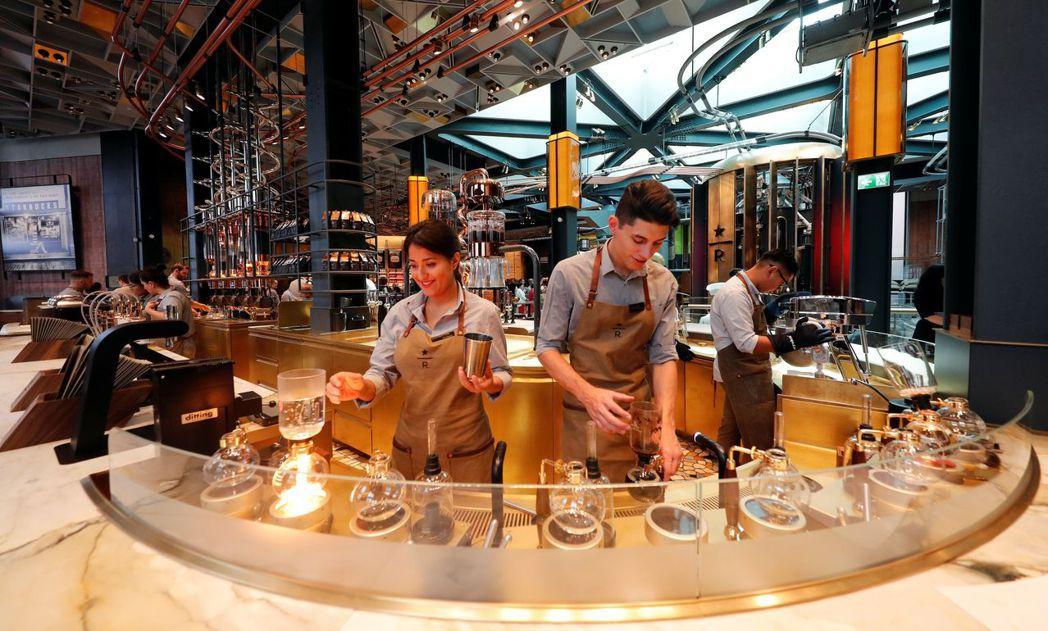 米蘭星巴克提供塞風壺煮法等和傳統義大利咖啡不同的沖煮方式。 (路透)