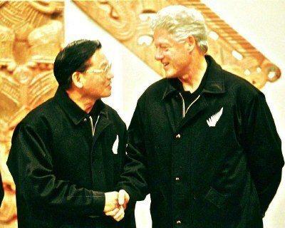 1999年經建會主委江丙坤(左)出席APEC峰會,向美國總統柯林頓(右)伸出友誼...
