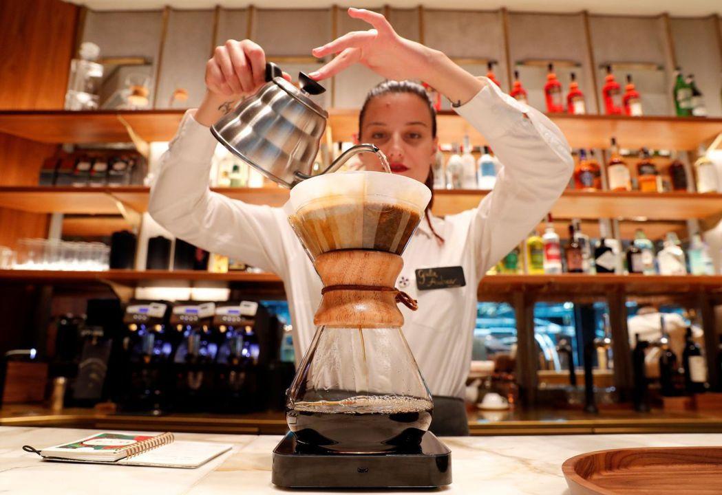 米蘭星巴克提供手沖濾泡式煮法等和傳統義大利咖啡不同的沖煮方式。 (路透)