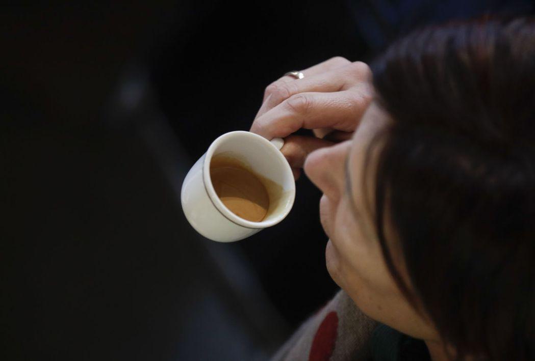 義大利人習慣喝小杯濃縮咖啡,不少人一天要喝三到五杯。 (美聯社)