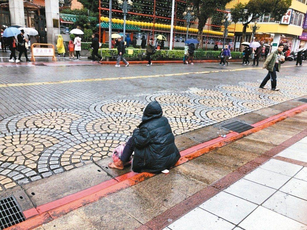 北市強降雨不少地方造成雨災,街友僅能自行想辦法躲雨。圖非當事人。 記者陳靖宜/攝...