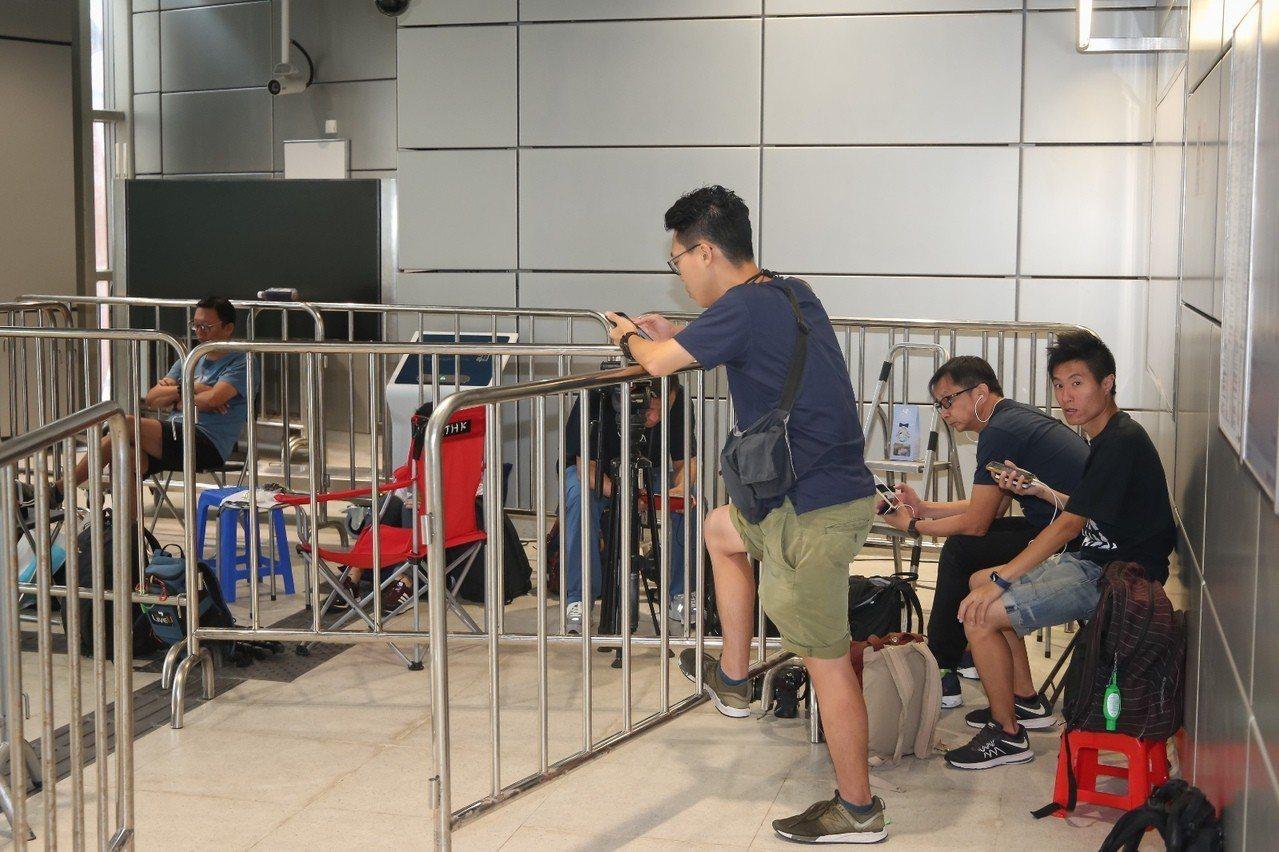 香港高鐵車票10日才開賣,但8日就已經有民眾到現場排隊。 香港中國通訊社