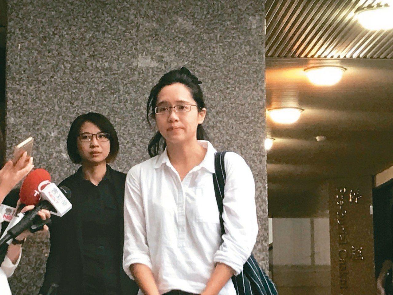 楊偉中遺體於今天入一殯冰櫃,妻子陳以真受訪時難掩憔悴。 記者連珮宇/攝影