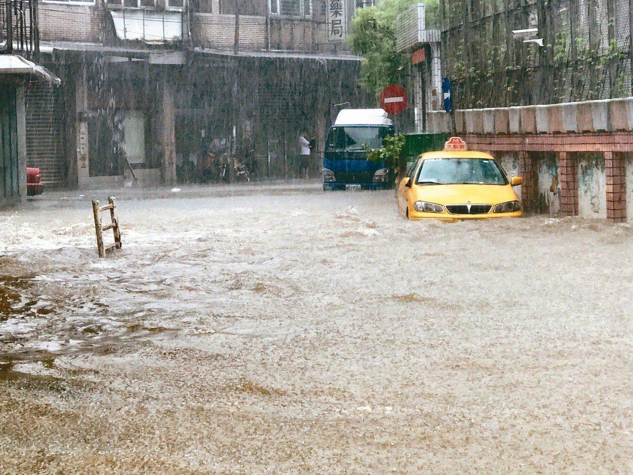 受到豪大雨侵襲,基隆市復興路212巷三度淹水,居民苦不堪言。 記者吳淑君/攝影