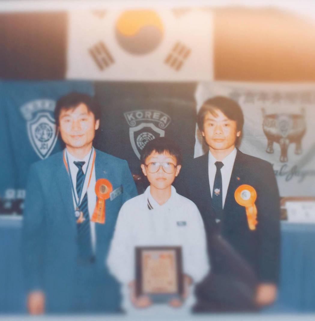 阿信分享小時後到韓國首爾領獎的照片。 圖/擷自阿信臉書