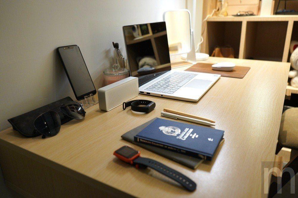 桌上也有不少小米藍牙喇叭、米家訂製款太陽眼鏡、運動手錶等