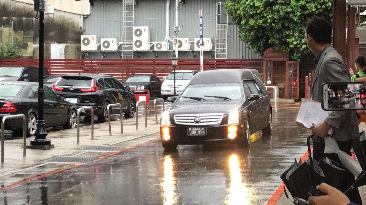 楊偉中遺體今在妻女陪同下,今晨6時許運抵台灣後,目前已送抵台北市第一殯儀館。記者...