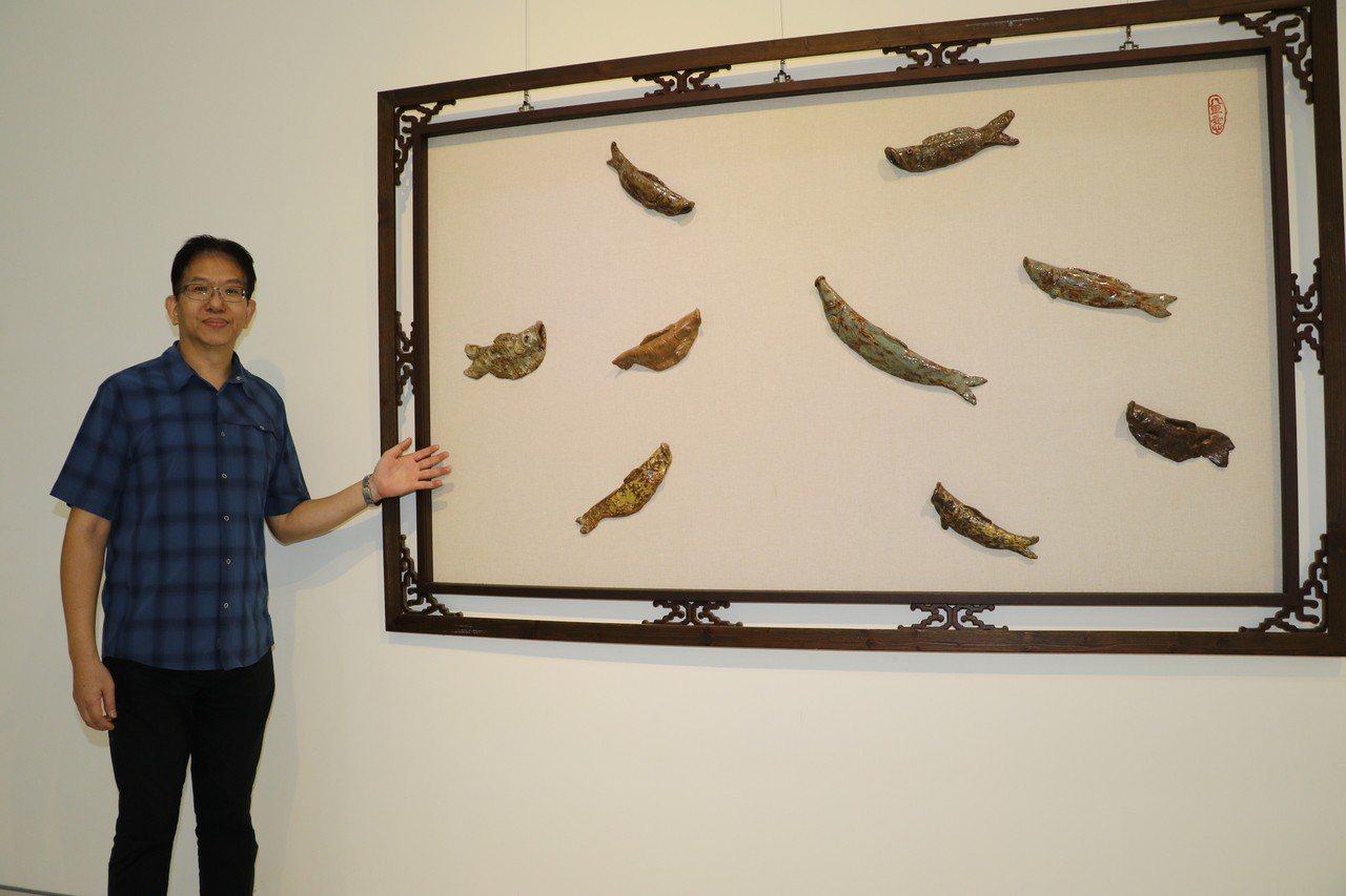 八里愛心教養院8名院生,在陶藝老師張耀全指導下,各自捏作了不同造型的9條鱸魚,合...