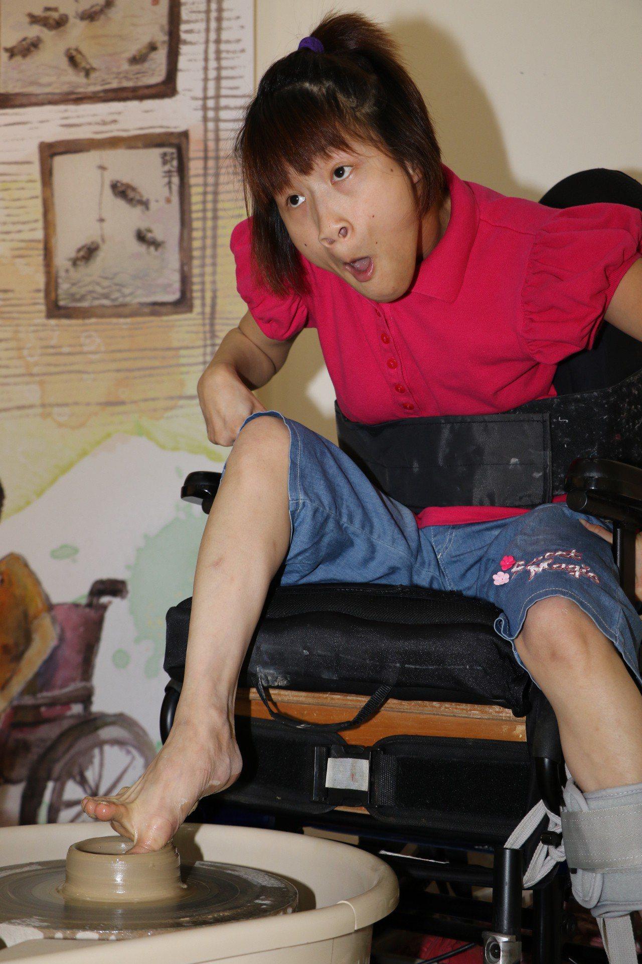 許佩珊罹患多重障礙,但用她的「單腳」,靠著腳底板內凹部位貼緊陶土轉動,歷經無數次...