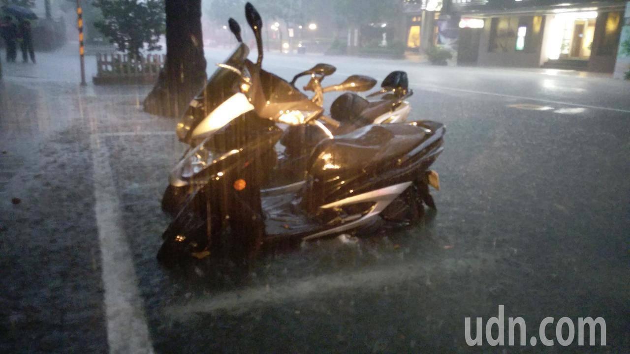大雨狂襲,雙北淹水嚴重。聯合報系資料照