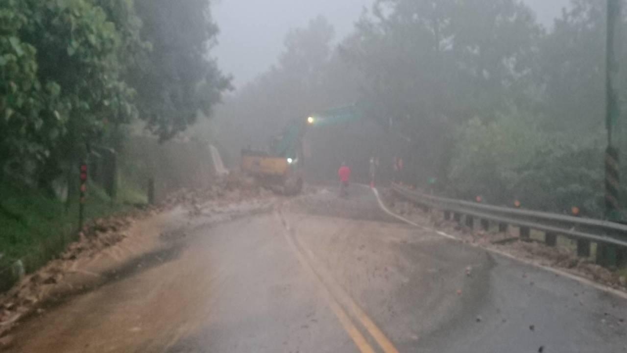 陽金公路8.8k處土石崩落交通中斷,土泥水瀑驚人。圖/金山警分局提供