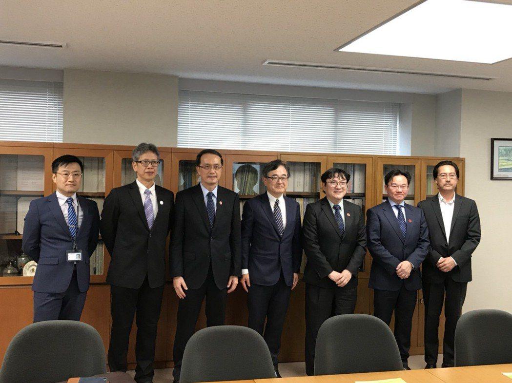 衛福部雙和醫院與北海道大學附設醫院,進行「姊妹院」的合作協議續約,未來雙方將持續...