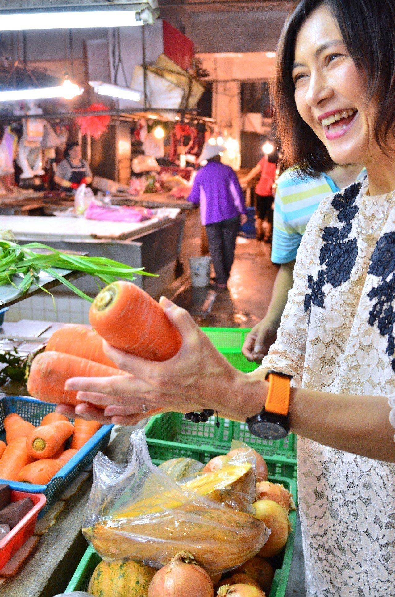 高雄市觀光局長曾姿雯也到魚農故鄉梓官,到市場採買在地蔬菜紅蘿蔔、包心白菜等,提供...