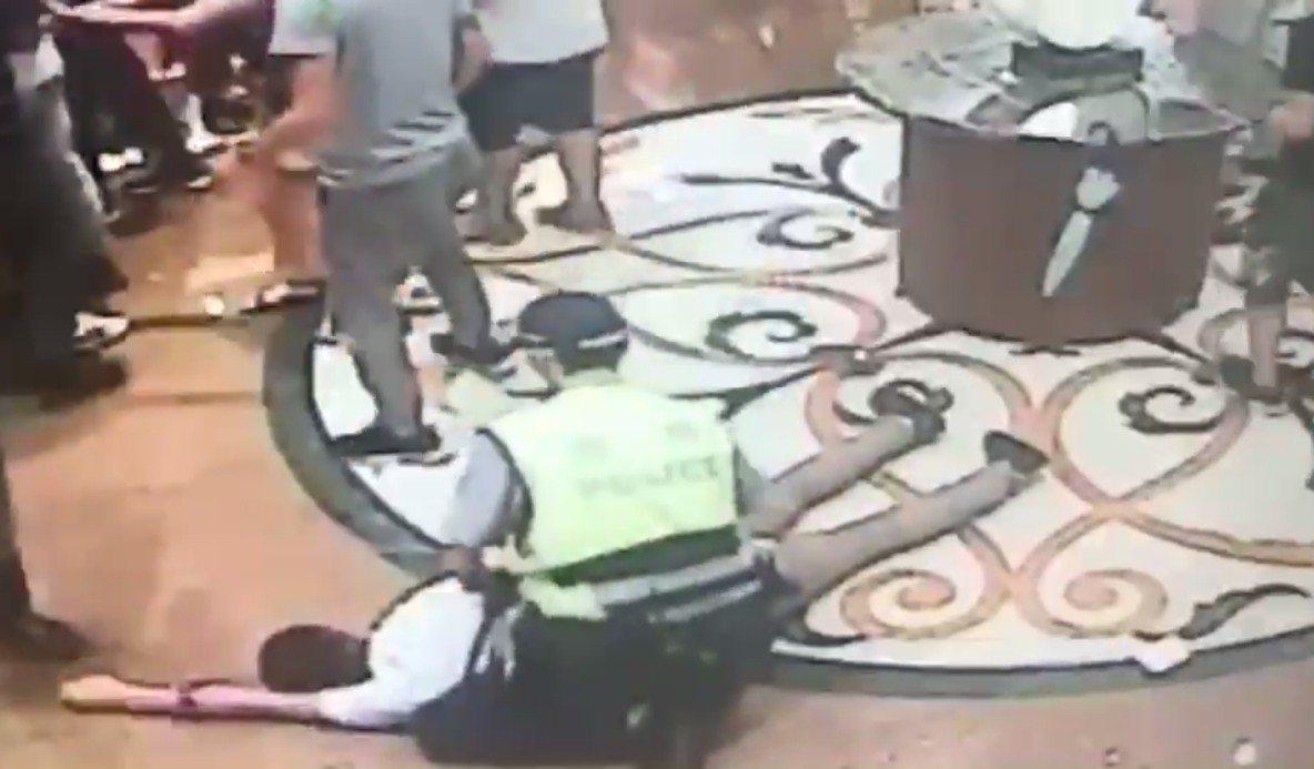 優勢警力噴灑辣椒水制伏逮捕5名打架滋事的酒客。記者林昭彰/翻攝