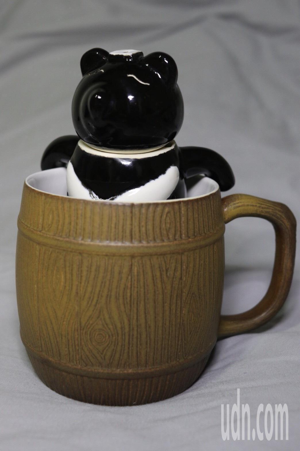 泡茶時將熊體放進茶杯,就像台灣黑熊在炮射水澡一樣,十分療育。記者曾健祐/攝影
