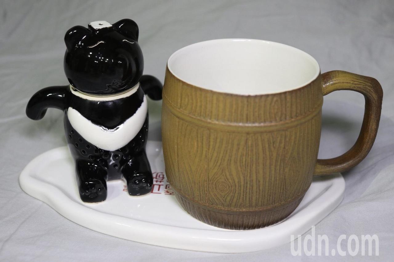 純手工的熊泡澡泡茶器,手拉坏杯子邊緣刻成樹幹紋理,底盤則做成台灣造型。記者曾健祐...