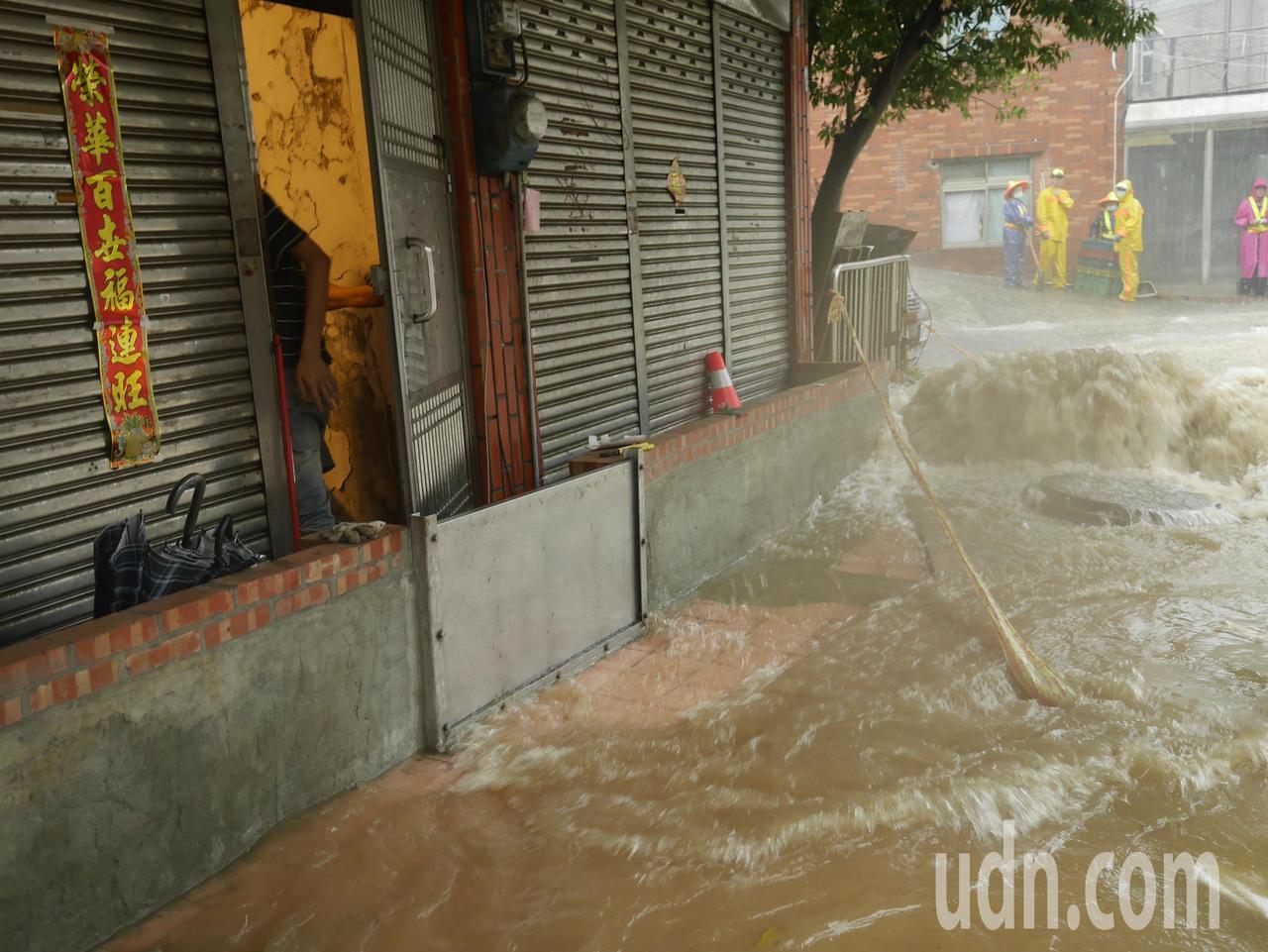 這場豪大雨,造成基隆市復興路212巷三度淹水。記者吳淑君/攝影