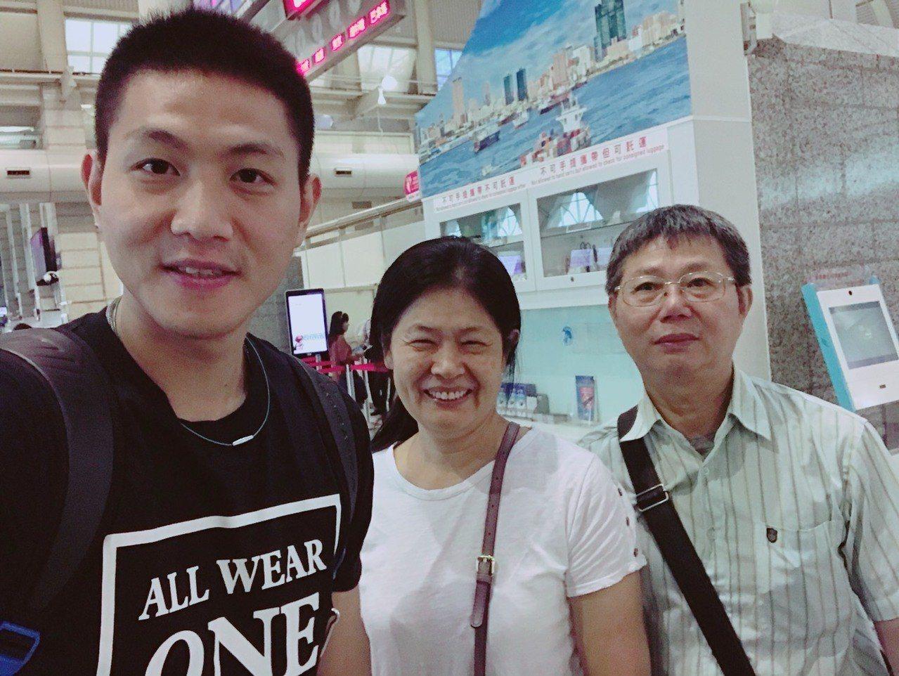 陳建禎(左一)今天清晨飛往日本,和送機的父母合影。圖/陳建禎提供