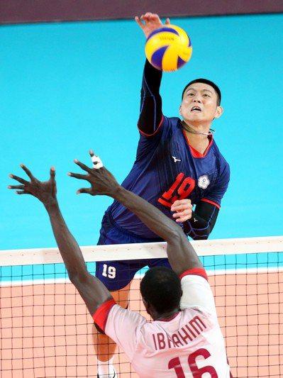 中華男排隊長陳建禎帶著亞運銅牌轉往日本。特派記者余承翰/雅加達攝影(資料照)