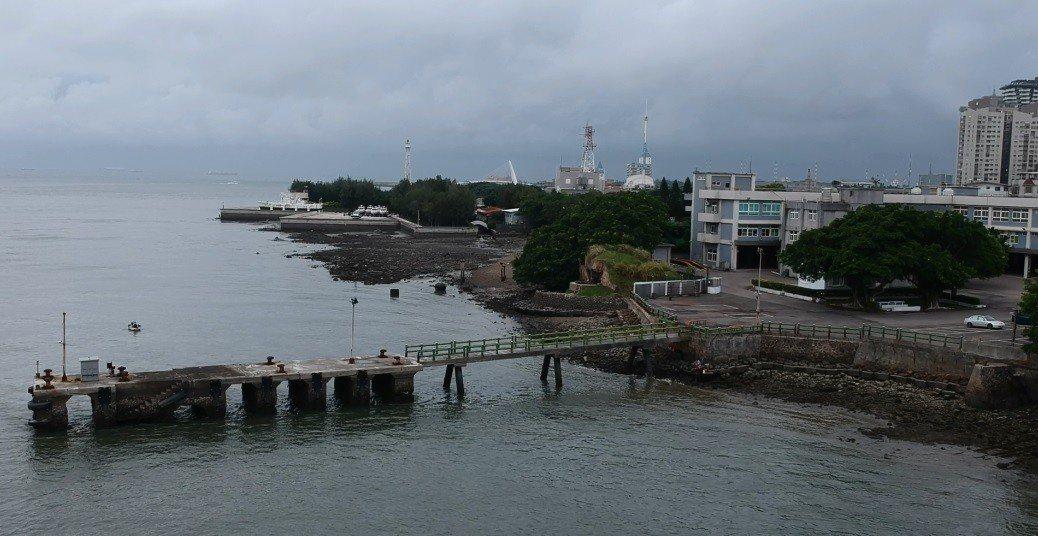 海軍建構微型飛彈突擊艇,荒廢多年的淡水河海軍突堤碼頭將可望恢復戰備用途。記者洪哲...