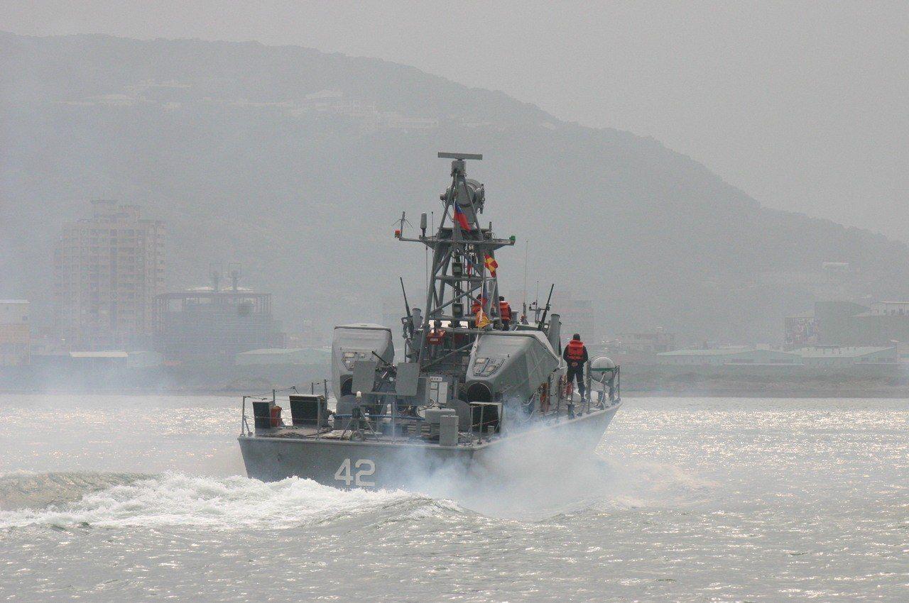 已除役的海鷗飛彈快艇自淡水河口出擊。記者洪哲政/攝影