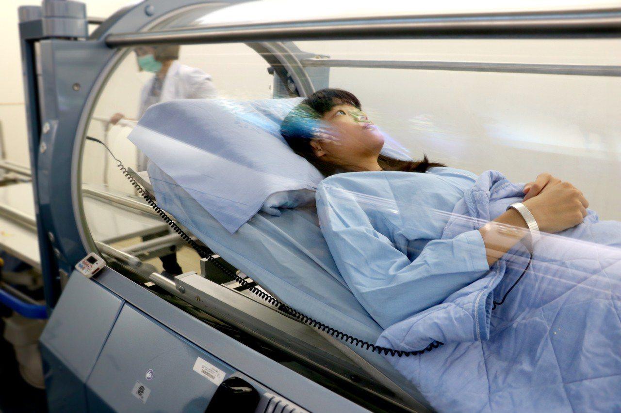 羅東高中三年級的吳婷琦在某次比賽跳躍落地造成腳踝受傷,在羅東醫院接受高壓氧艙治療...