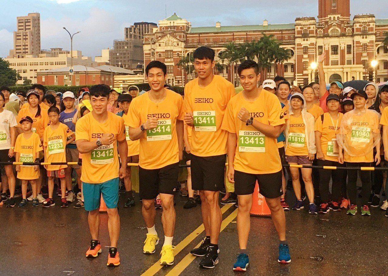陳智郁(左一)、周天成(左二)、陳奎儒(右二)和陳菀婷擔任3公里組領跑員。記者曾...