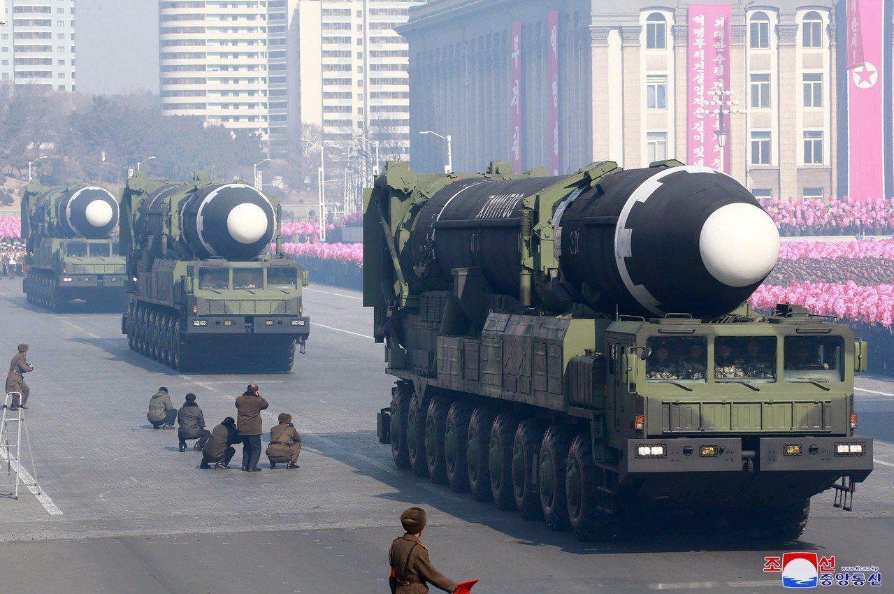 北韓9日上午舉行建國70周年閱兵,沒有展示射程可達美國的洲際彈道飛彈(ICBM)...