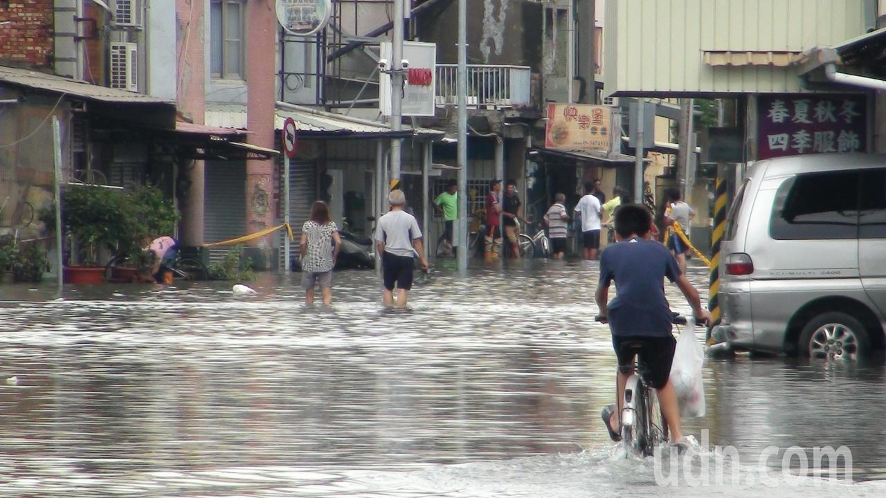 海區不少村落淹了好幾天積水才退。記者謝恩得/攝影