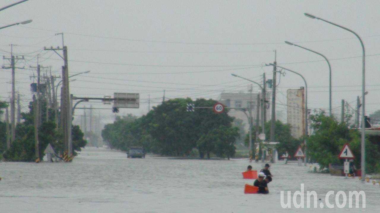 8月下旬大雨造成嘉義縣海區多處村落嚴重淹水。記者謝恩得/攝影