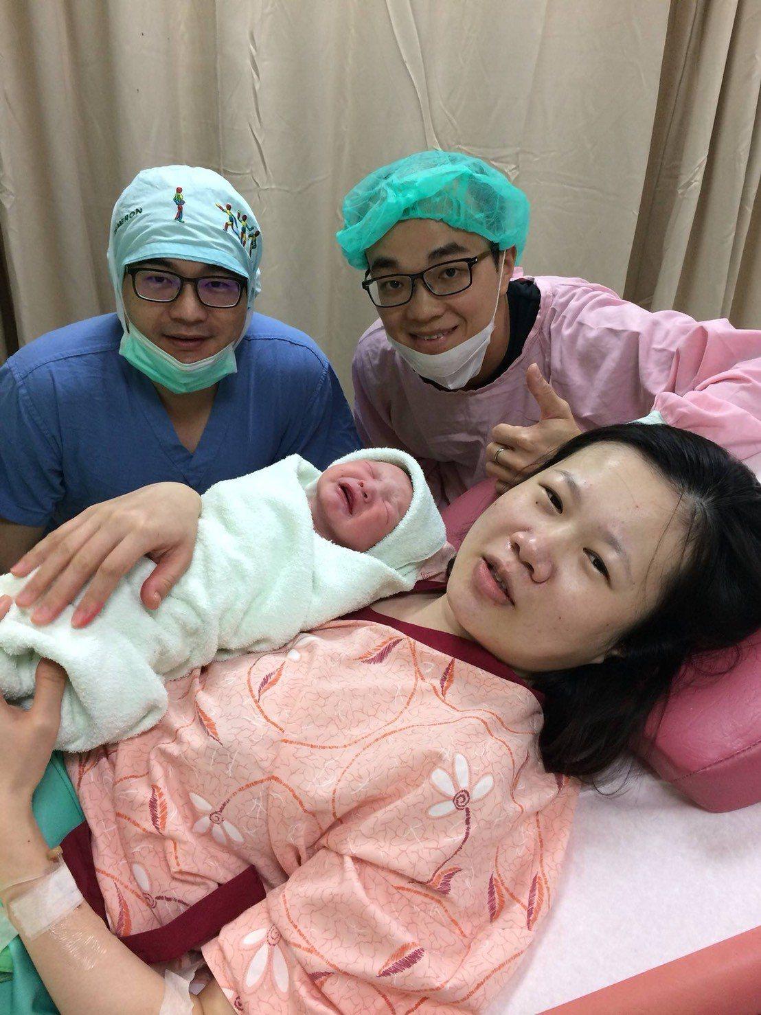 嘉基醫師王培中(後排左)堅守婦產科第一線近20年,接生數累計超過1萬5000例,...