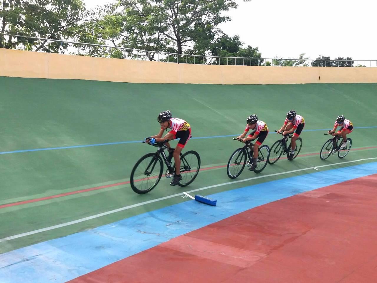 團體賽部分由建華國中鄭丞凱、張祐誠、傅新政、陳家豪奪下4公里團隊追逐賽第二名。圖...