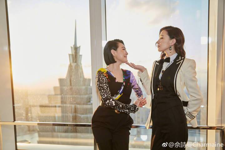 佘詩曼(右)撩「S妃」。圖/摘自微博