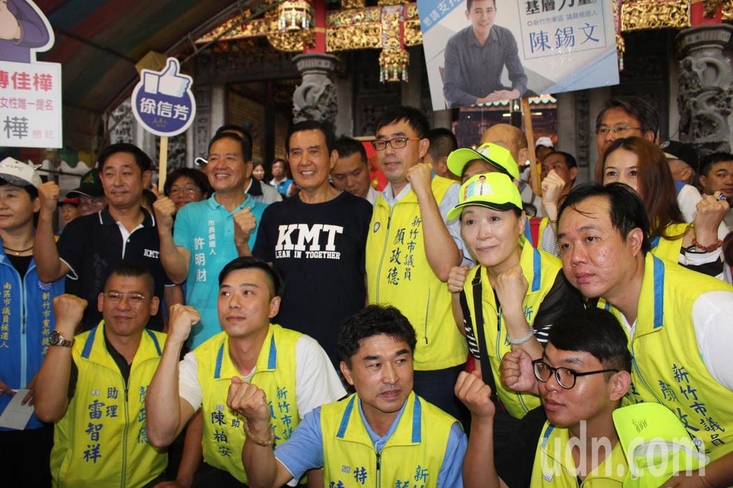 馬英九受到國民黨團隊的歡迎,每個團隊都搶合影。記者張雅婷/攝影
