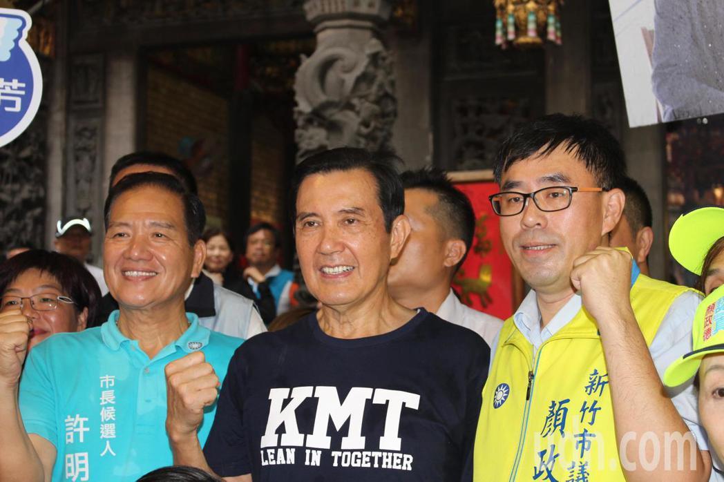 馬英九受到國民黨團隊的歡迎,每個人都搶合影。記者張雅婷/攝影