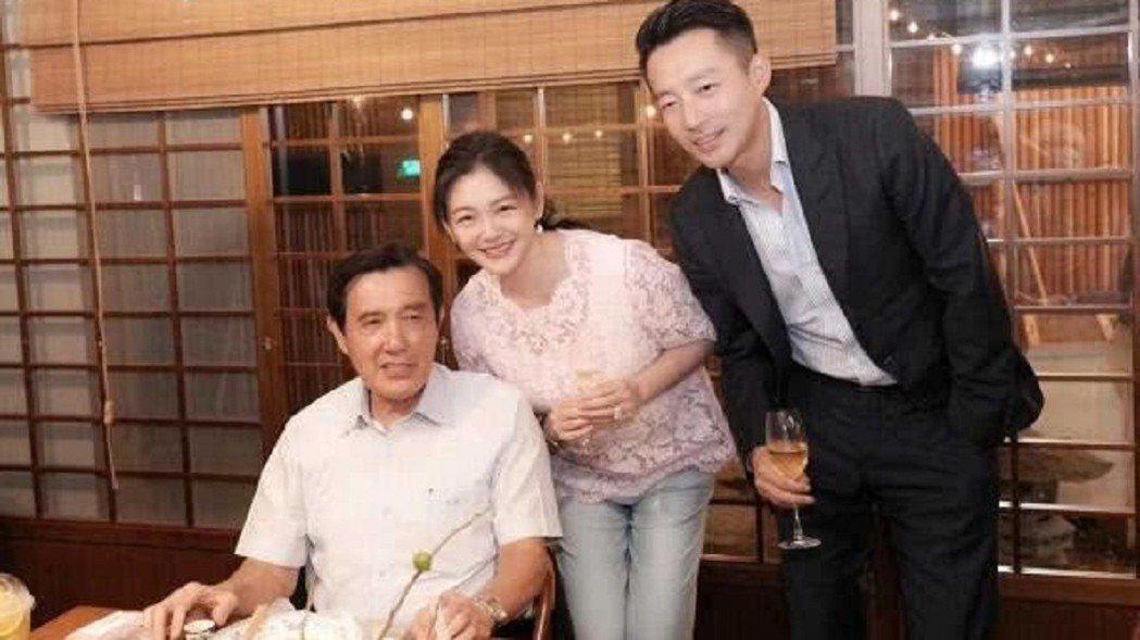 大S、汪小菲夫婦及馬英九3人合照。 取自微博