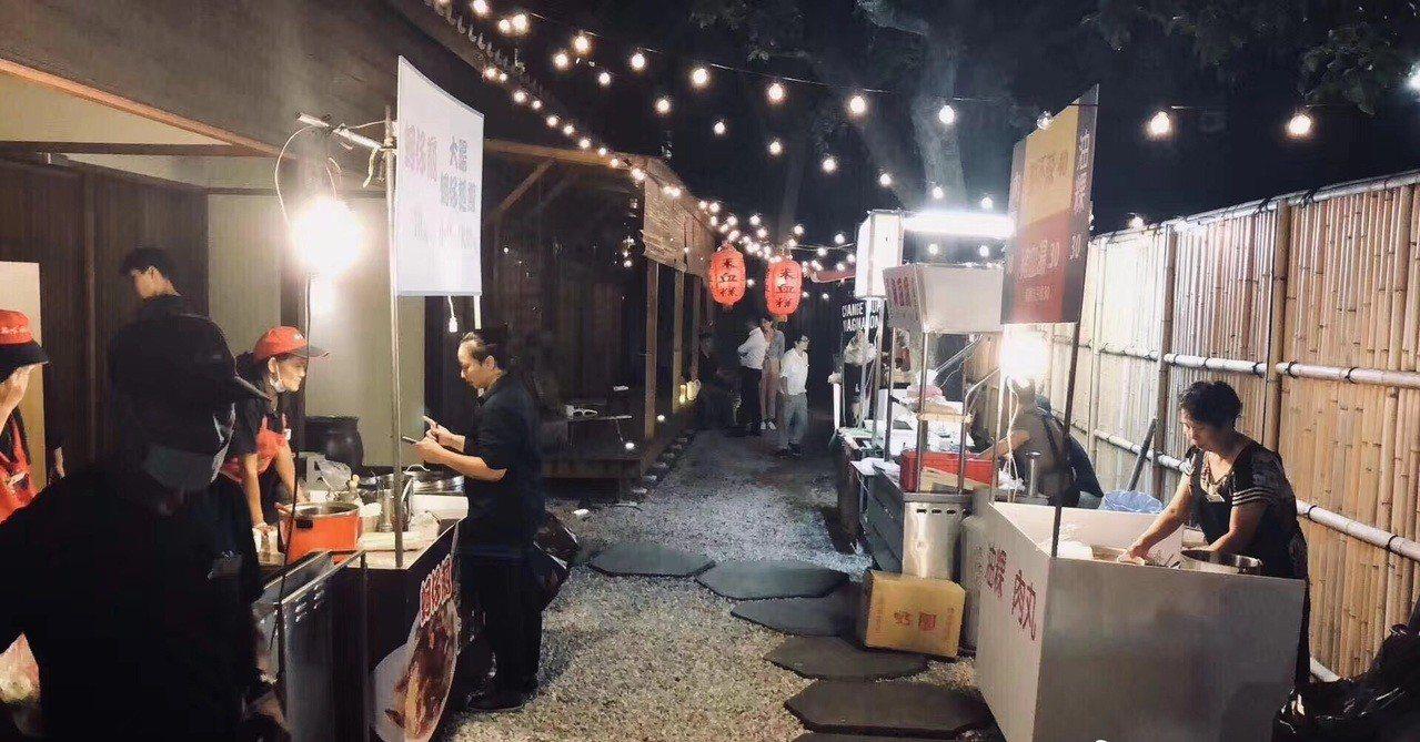 郭台銘日前舉辦家宴,打造台灣小吃一條街。取自微博