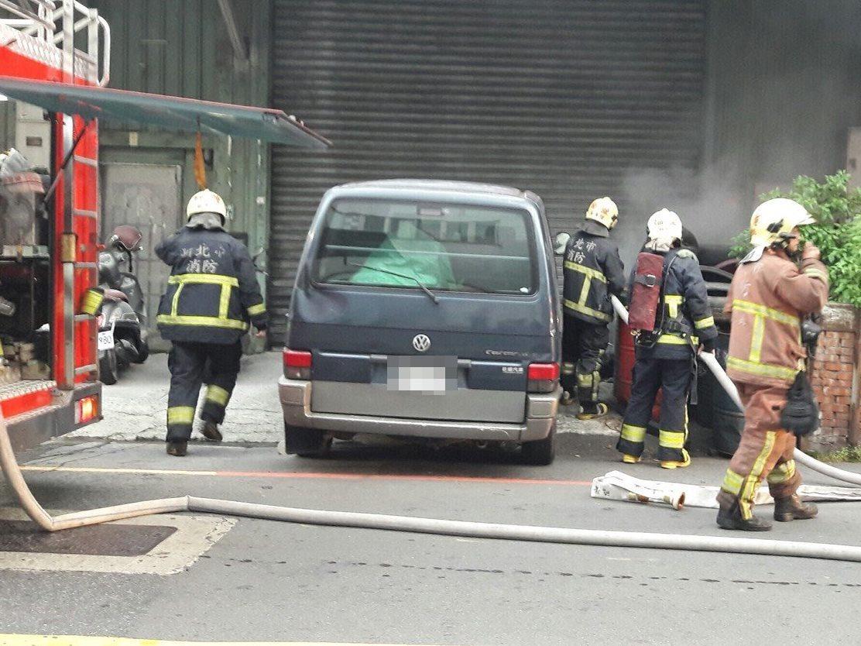消防隊迅速撲滅火勢。記者林昭彰/翻攝