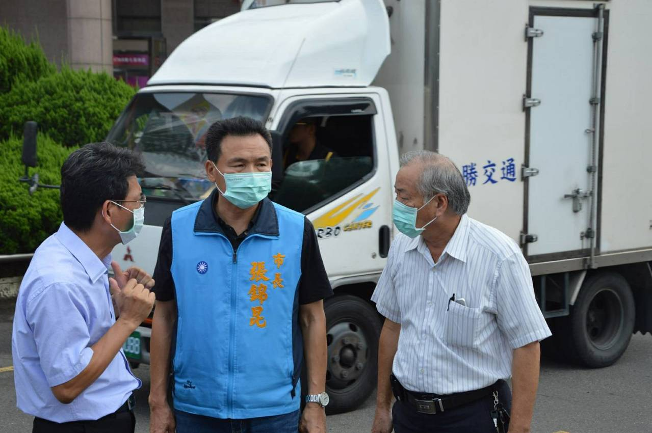 員林市長張錦昆(中)今天一早帶領清潔隊員到大同國中, 與校長謝國士(左)討論如何...