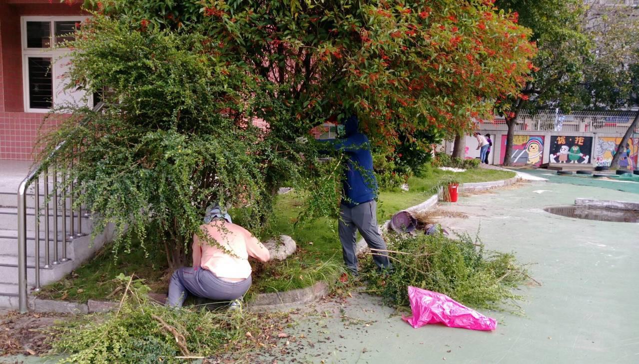 大同國中教職員自動自放棄假日,回到學校動手整理校園環境。照片/謝國士校長提供