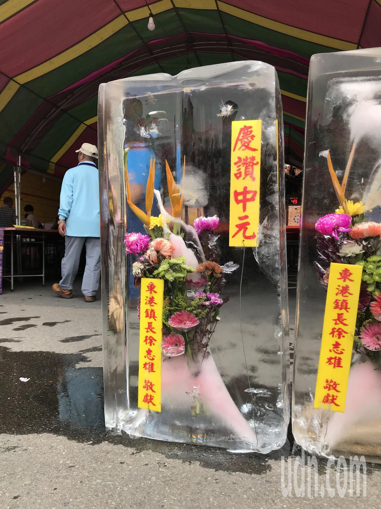 晶瑩剔透的「冰花」是東港農曆七月普渡法會的特色,相當消暑。記者蔣繼平╱攝影