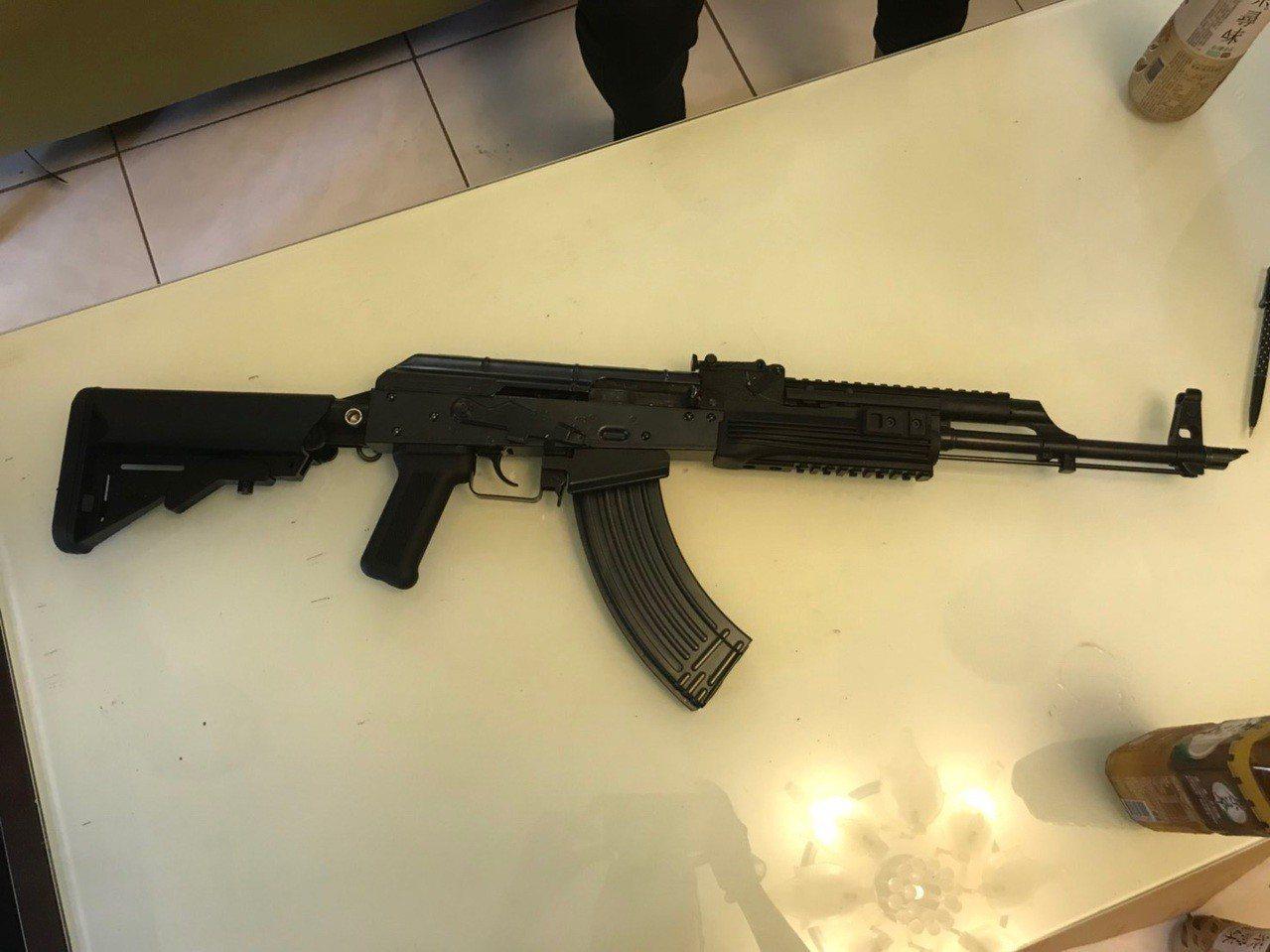 警方查獲有殺傷力的空氣長槍。記者蕭雅娟/翻攝