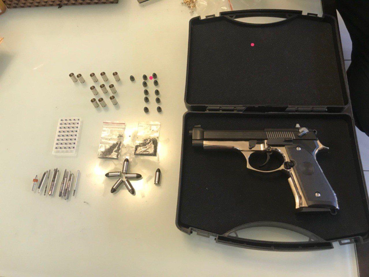 警方從廖男住處查獲槍枝和子彈。記者蕭雅娟/翻攝