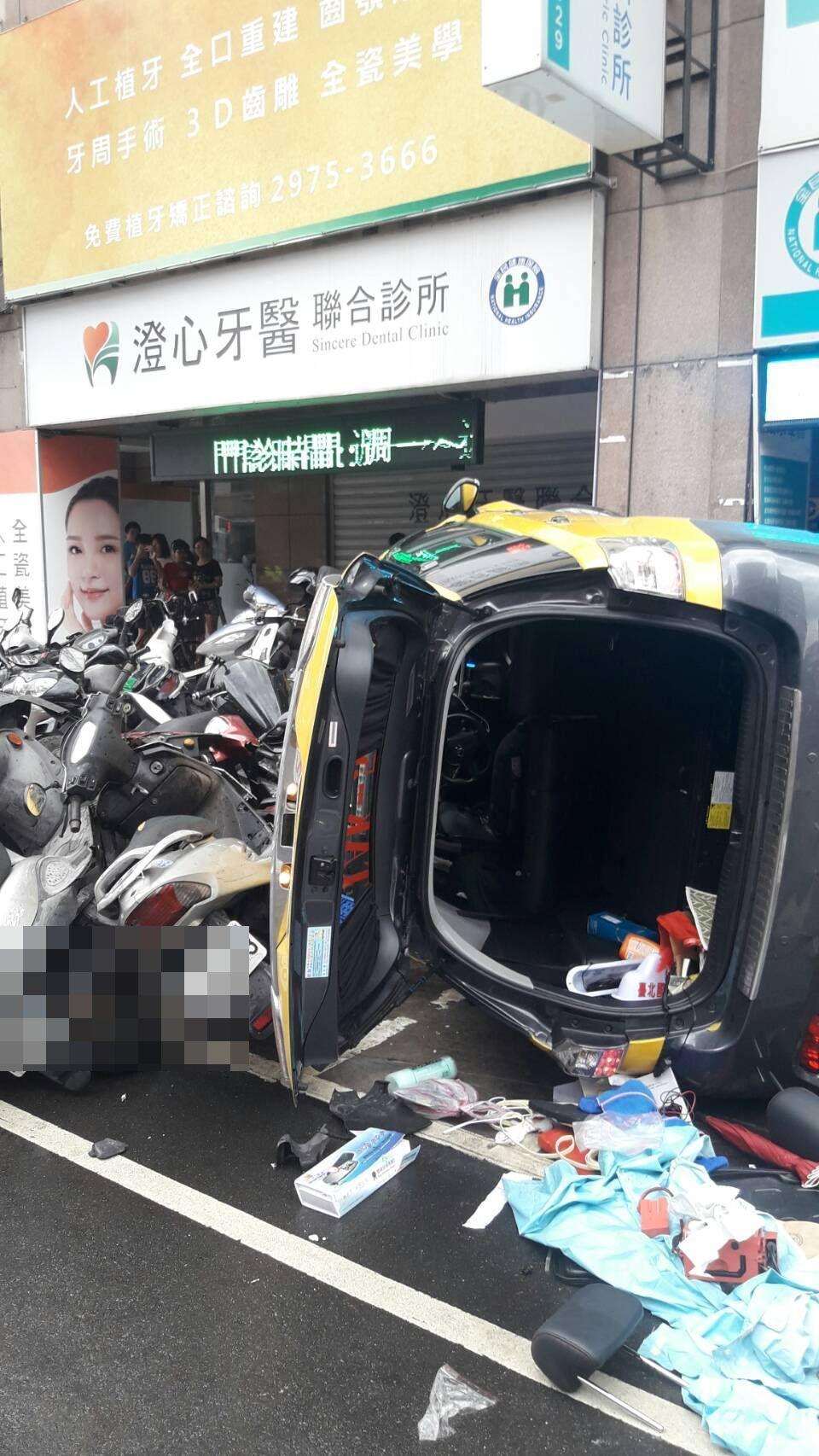 計程車暴衝撞向路旁人行道,撞到1輛行進中的機車造成2人受傷。記者林昭彰/翻攝