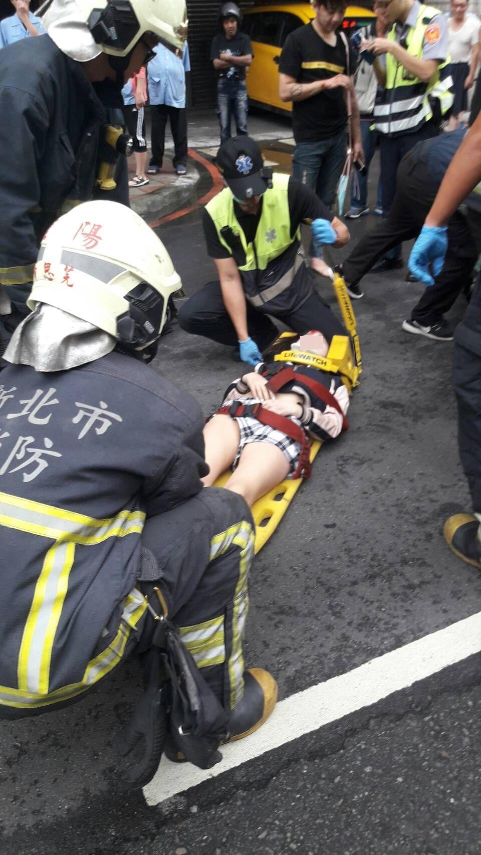 23歲機車女性乘客受傷送醫。記者林昭彰/翻攝