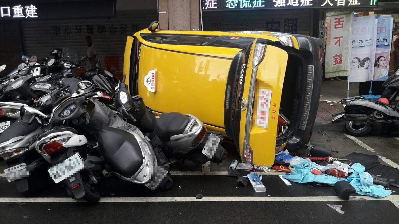 計程車暴衝撞向路旁人行道,撞倒路旁停放整排機車。記者林昭彰/翻攝