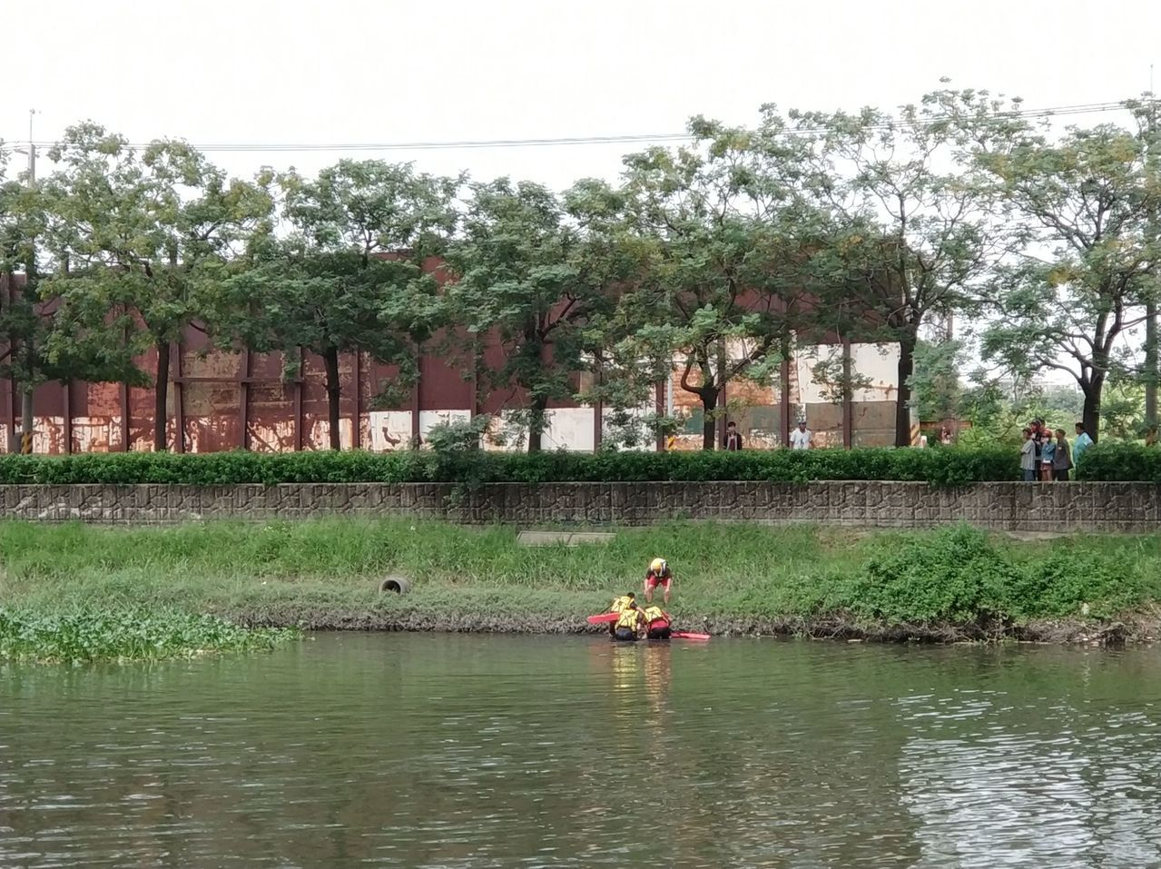 台南市安南區安南橋今天下午發現一名婦人在水面上載浮載沈,消防人員將她救起送醫。記...