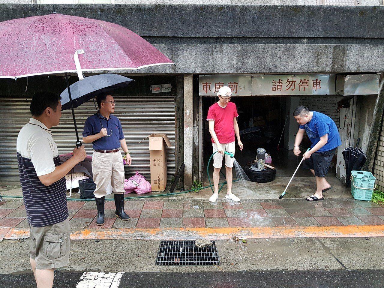 國民黨台北市長參選人丁守中今一早前往中華里找當地里長游吉興,了解昨晚小巨蛋一帶的...